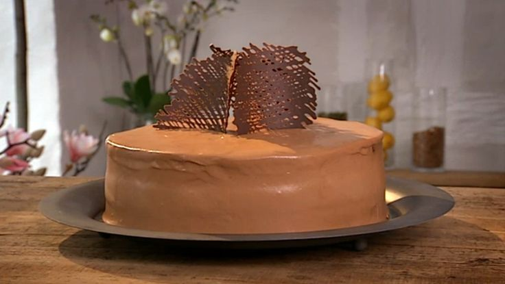 Mosterkake - Gitter av sjokolade pynter litt ekstra på mosterkaken. - Foto: Fra TV-serien Danmarks beste kaker / DR