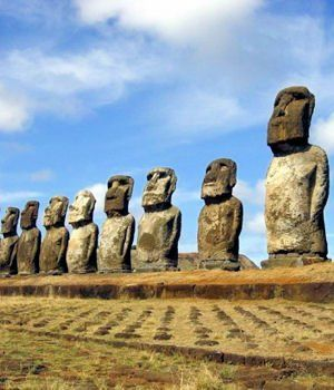 les statues étranges de l'île de pâques.