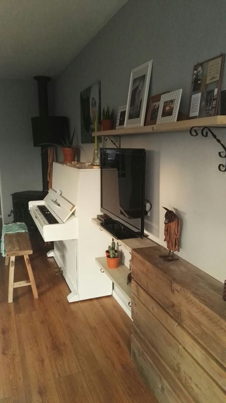 Oude witte piano in ons huis
