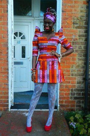 Kırmızı topuk ayakkabıları - Afrika baskısı CJAJ09 elbise - beyaz net Primark çorap