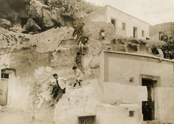 """Viviendas-cueva en Almería (1926). Fotógrafo desconocido. Apareció publicada en la revista """"Het Leven"""" (Ámsterdam), entre 1926 y 1941). Fuente: Europeana."""