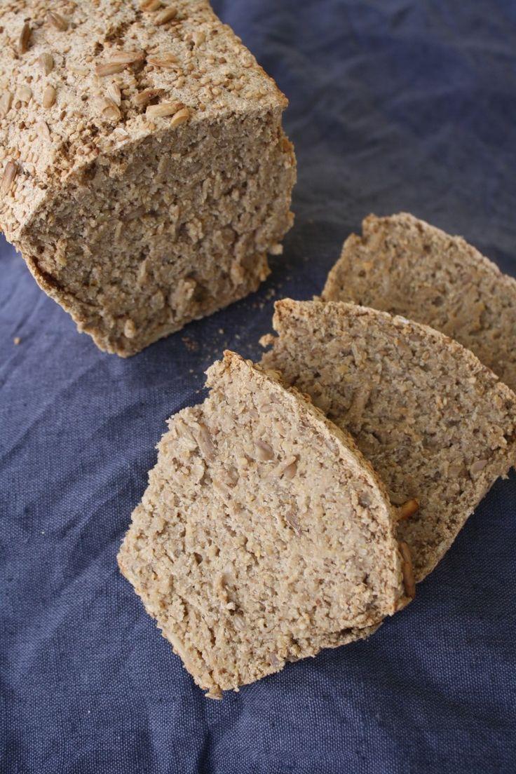 Skal du bake i helga?Da anbefaler eg heimelaga superbrød! Dette brødet er veldig smakfullt, har tyggemotstand og konsistens, saftig, sprø skorpe og eit næringsinnhold til å juble av. Grovt, fiberrikt, mektig og med litt sunt fett fra frø og kjerner. Du slipper elting og heving – rører berre sammen ingrediensene og deretter steiker det. Dette …