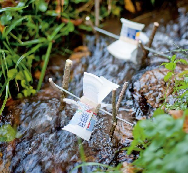 Upcycling: Bastelt euch ein Wassserrad! Bei GEOlino.de gibt es die Bastelanleitung.