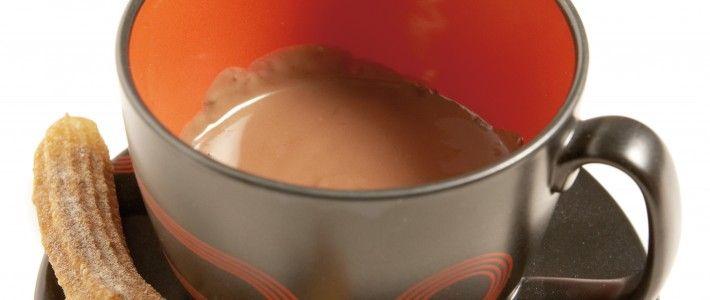 Churros (gefrituurde deeg-stengels) met chocoladedip product foto