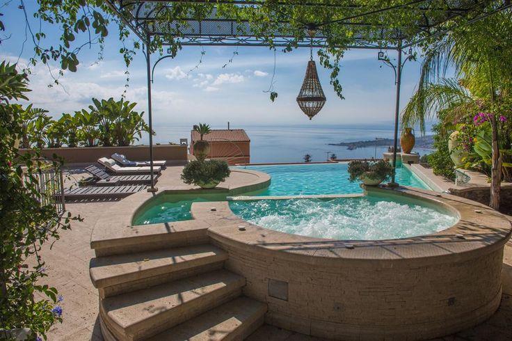 Vista para o Etna, teatro grego e para o Mediterrâneo: uma mansão em #Taormina que satisfaz os gostos mais exigentes.  #Etna #lovingsicily #Siciliabedda #histórico #luxuryhome http://br.luxuryestate.com/p22446641-casa-de-luxo-em-venda-taormina