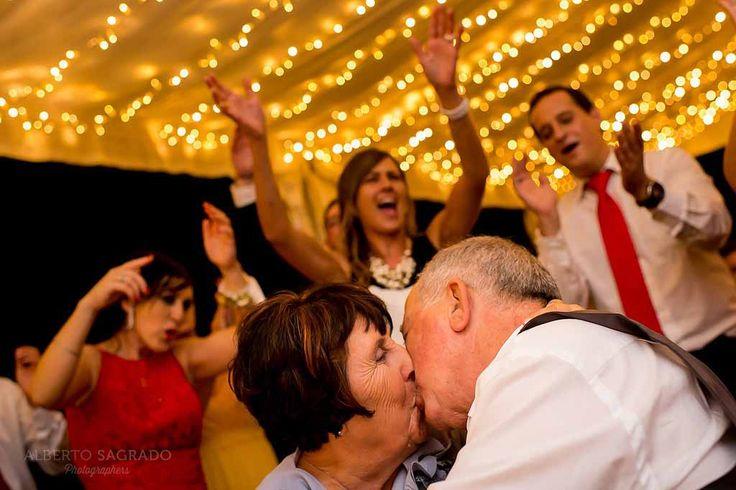 #Boda por #Europa con un traje #novia de #Rosa #Clará. #RosaClara #fotos de #bodas impresionantes en #Alicante #españa. #Spanish #Wedding #Photographers #original wedding pics. Rosa Clara #Brides examples #Vestidos de Rosa Clará. #Bodas #diferentes en españa.