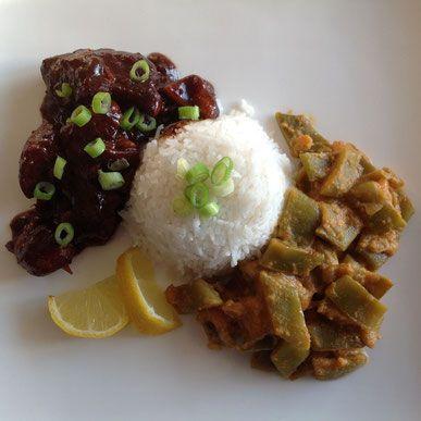Ajam ketjap met snijbonen in pittige kokossaus en witte rijst.