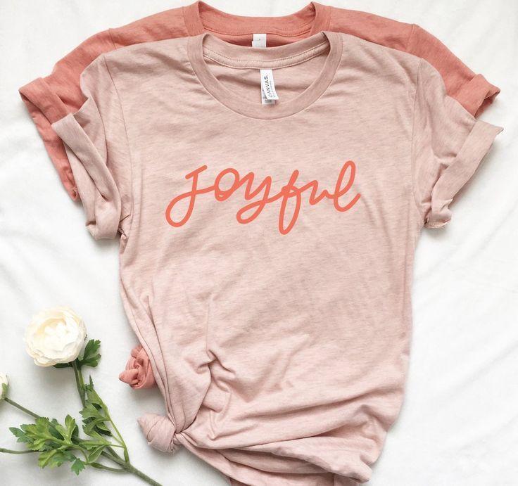 Hand Beschriftet Frohe T Shirts Mohnblumen Grafik T Stuck In 2020 Clothes Shirt Designs Graphic Tees Women