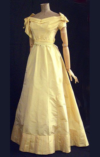 Yellow dress that Skidmore gave Tessa while locked in the brig.