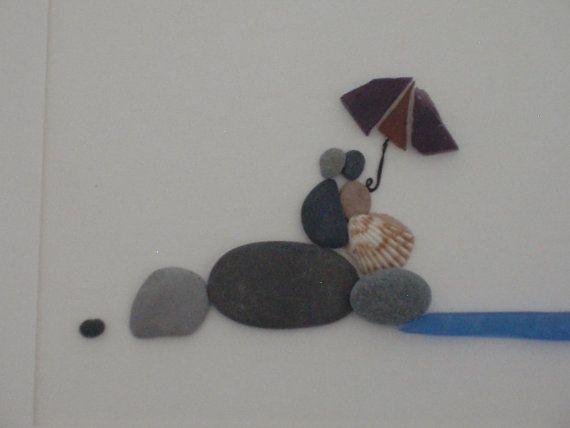 Paar am Strand kuscheln.  Dieser Kiesel-Wand-Kunst ist eine handgefertigte, massivem Holz, die von uns hergestellten eingerahmt; Sehr schön gefärbt in Ihrer Wahl von dunklem Nussbaum, Golden Oak, schwarz, grau, weiß oder englischen Chestnut (rote Farbe). Bevorzugen Sie einen anderen Fleck, Fragen Sie..., dass es möglich sein kann :)  Ihr Bild wird mit einem weißen Matte & Glas gerahmt sowie fertig zum Aufhängen an der Wand sein.  Personalisierte Nachrichten / Zitate / Schrift ka...
