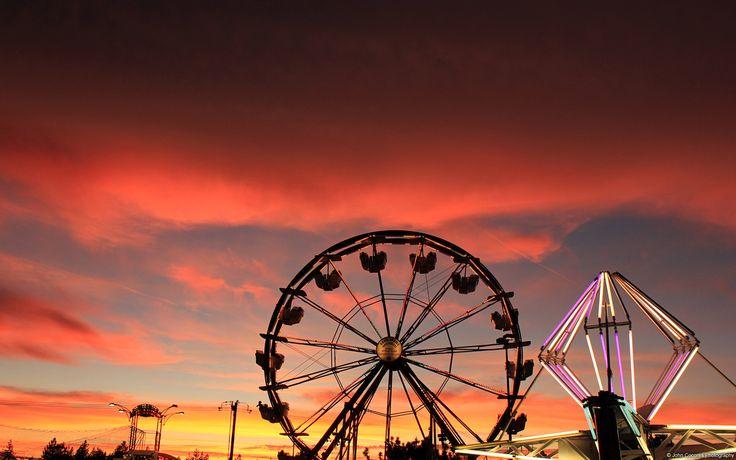 Cielo rojo y rueda de la fortuna