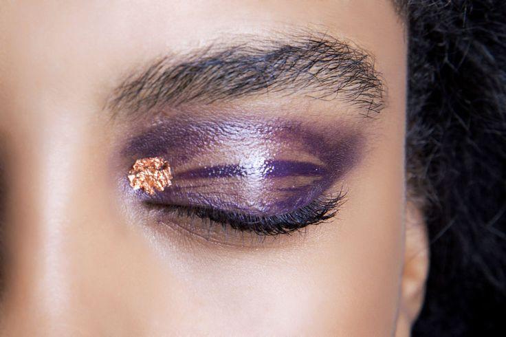 Stendi l'ombretto viola e lucido e all'angolo interno aggiungo una paillette per dare luce.
