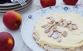 Mandelbund med æbleis Skøn dessert, der er nem at servere for gæster, for både mandelbund og is kan tilberedes i forvejen.