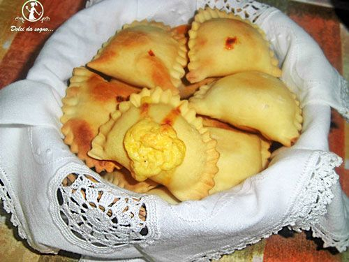 I fiadoni, sono un prodotto da forno tipico della Pasqua abruzzese, ormai si producono tutto l'anno, ma il loro consumo maggiore è legato a questo periodo.