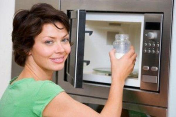 Pulire il microonde: Basterà che mettiate all'interno del microonde un contenitore con dell'acqua e dell'aceto, accendiate l'elettrodomestico alla massima temperatura per almeno 2 minuti. Una volta trascorso questo tempo aprite lo sportello, togliete il contenitore e asciugate con un panno, in questo modo avrete un microonde pulito, disinfettato e splendente.