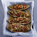 Queste golose melanzane con friggitelli, pomodori e provola affumicata sono semplicissime da preparare e di grande resa. Leggi la ricetta su Sale&Pepe.