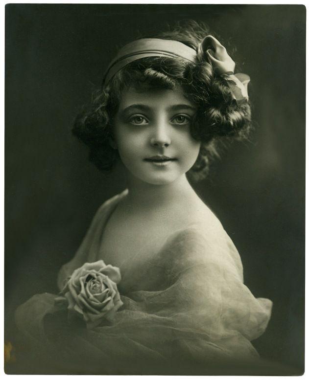 Denk aan de tijd. Vintage Portret van een jong meisje - geschoten rond 1917.