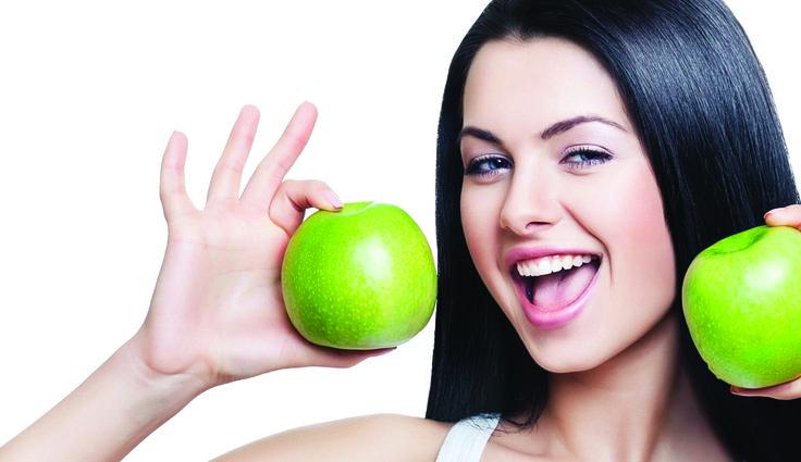 TIP 6: COMER SALUDABLE.  Para tener una piel tensa, luminosa y sin arrugas, es fundamental la hidratación. No sólo de la misma piel. Es necesario tomar agua. Además, la dieta ayuda a que la piel tenga las vitaminas y nutrientes indispensables para mantener su elasticidad y firmeza. Agrega a tu alimentación más vegetales frescos, frutas, granos enteros y proteínas sin grasas.