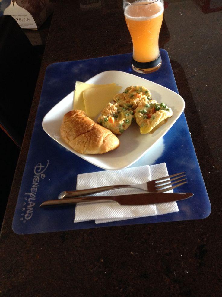 Desayuno: muffins de vegetales, croissant alla ciliegia, queso y jugo de melón. Sano y delicioso