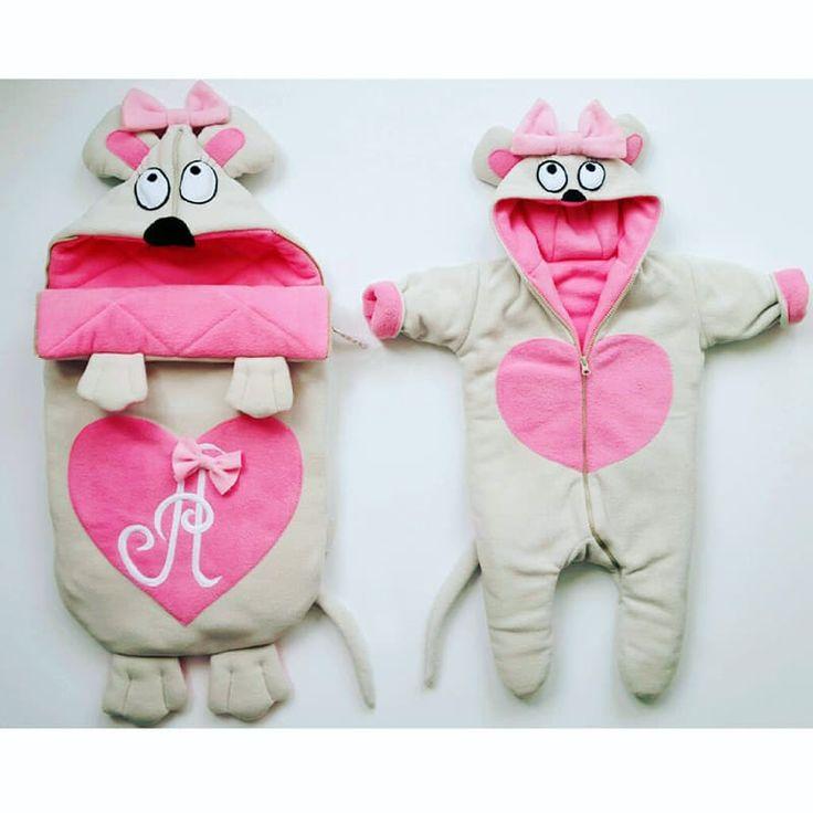 Уникальный комплект для новорожденной девочки Мишка с бантиком, состоящий из конверта и комбинезона. Конверт украшен ушками и лапками, на капюшоне веселое изображение удивленной мишутки, конверт украшен розовым сердечком с инициалами владелицы. Капюшон комбинезона также украшен изображением мишутки