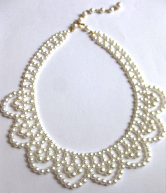 Bella collana/girocollo vintage ha più dimensioni bianco perle e ha un design ondulato. È regolabile, come mostrato nella foto. Questa misura da 16 pollici a 18 pollici per un lungo sguardo.  Bella per la sposa, madre della sposa o post-cinque mode. Questo è di epoca anni  50 ed è in ottime condizioni e ben curato.