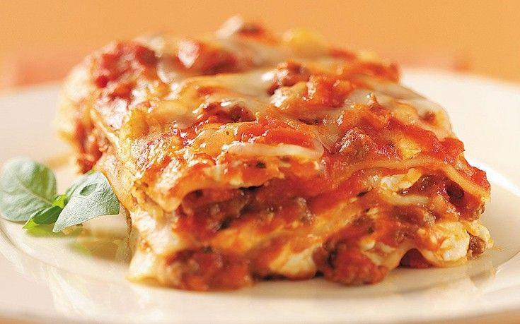 Μια υπέροχη συνταγή, για γευστικά λαζάνια που είναι γεμιστά με κιμά και κρέμα τυριών. Εκτέλεση Για την κρέμα τυριών Ρίχνετε τα αυγά σε ένα μπολ και τα χτυπάτε δυνατά, στη συνέχεια προσθέτετε τα τυριά, τον μαϊντανό και ανακατεύετε μέχρι να ενωθούν τα υλικά. Για τα λαζάνια Ετοιμάζετε τη σάλτσα. Ψιλοκόβετε το κρεμμύδι και το σκόρδο. …