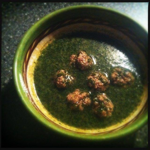 Recept voor zelfgemaakte kervelsoep met gehaktballetjes.