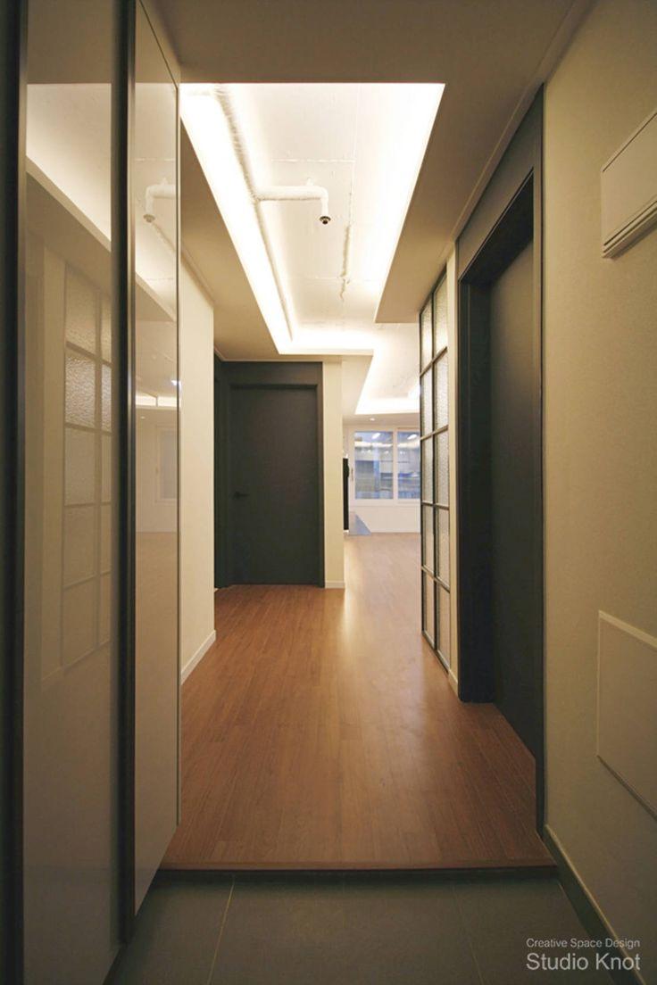 일반적인 인테리어 디자인이라면 천장과 바닥의 설비 파이프를 감추기 위해 마감재를 덧댄다.