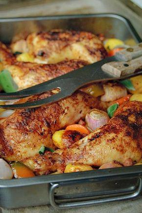 Bereiden: Verwarm de oven voor op 200°C. Meng de olie met het zout, paprikapoeder, uienpoeder, een flinke draai peper en de gedroogde tijm. Plaats de kippenpoten in een braadslee en smeer ze in met de gekruide olie. Leg er wat grove stukken wortel onder (zodat de kip niet in zijn eigen vocht kookt). Leg de rest van de groenten en aardappelen om de kip heen.