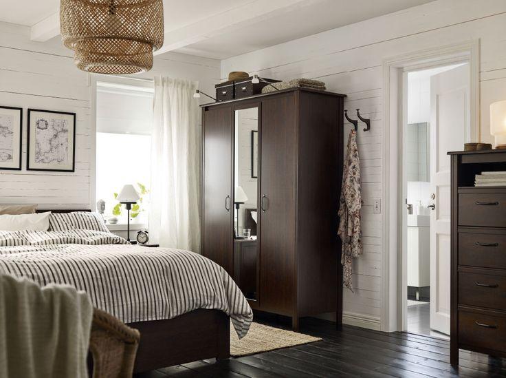Camera da letto con guardaroba con due ante marroni e un'anta a specchio. Struttura letto e cassettiera marroni – IKEA