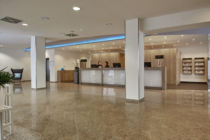 Herzliches Willkommen im H+ Hotel Wiesbaden Niedernhausen von der Rezeption. Bei dieser Begrüßung fühlt man sich direkt wohl.