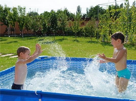 A nyári hőségben a kicsiknek és nagyoknak is remek program a fürdőzés, azonban az ilyen program is rengeteg veszély forrása lehet.