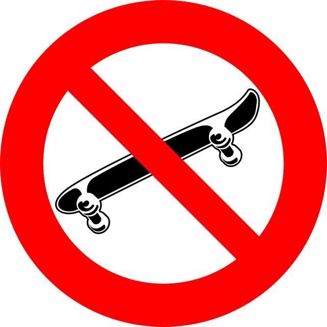 Oznaczenie informuje o zakazie poruszania się na deskorolce w pojeździe przystosowanego do transportu zbiorowego. Naklejki powinny być umieszczone w...