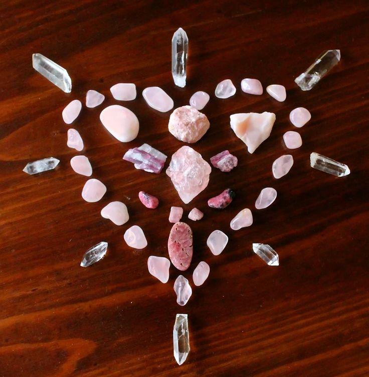 Corazón con cuarzo rosa, turmalinas rosadas y rodocrositas