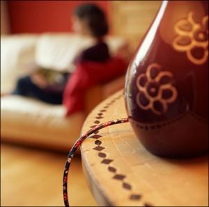"""Table lamp with """"flower"""" decorated cable / Lampe de chevet et son fil électrique décoré flowers."""