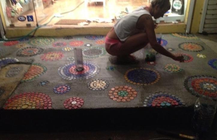 Reciclaje de tapitas plasticas para decorar una vereda. Tienda Buena Nena Playa Tamarindo Costa Rica