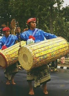 Kendang is gamelan instruments in Central Java that one of its main function set rhythm.