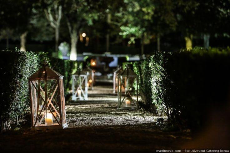 Decorazioni esterne con lanterne per un matrimonio di sera