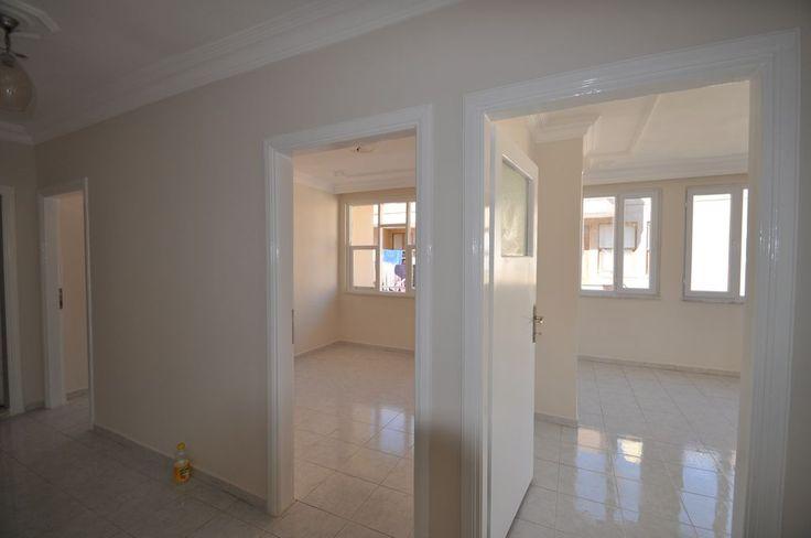 Продается отличная недорогая квартира в Турции в центре Махмутлара, одного из самых перспективных районов Аланьи, всего в 300 метрах от песчаного пляжа.  Квартира после косметического ремонта, площадью 110 м2, на 5 этаже 5-ти этажного  дома с лифтом.  В квартире  две спальные комнаты, гостиная, отдельная кухня, прихожая, ванная, санузел. Все комнаты с выходом на балкон.Цена: 42000 евро #недвижимостьвтурции, #квартиравтурции, #апартаментывтурции, #квартиравалании, #апартаментывмахмутларе