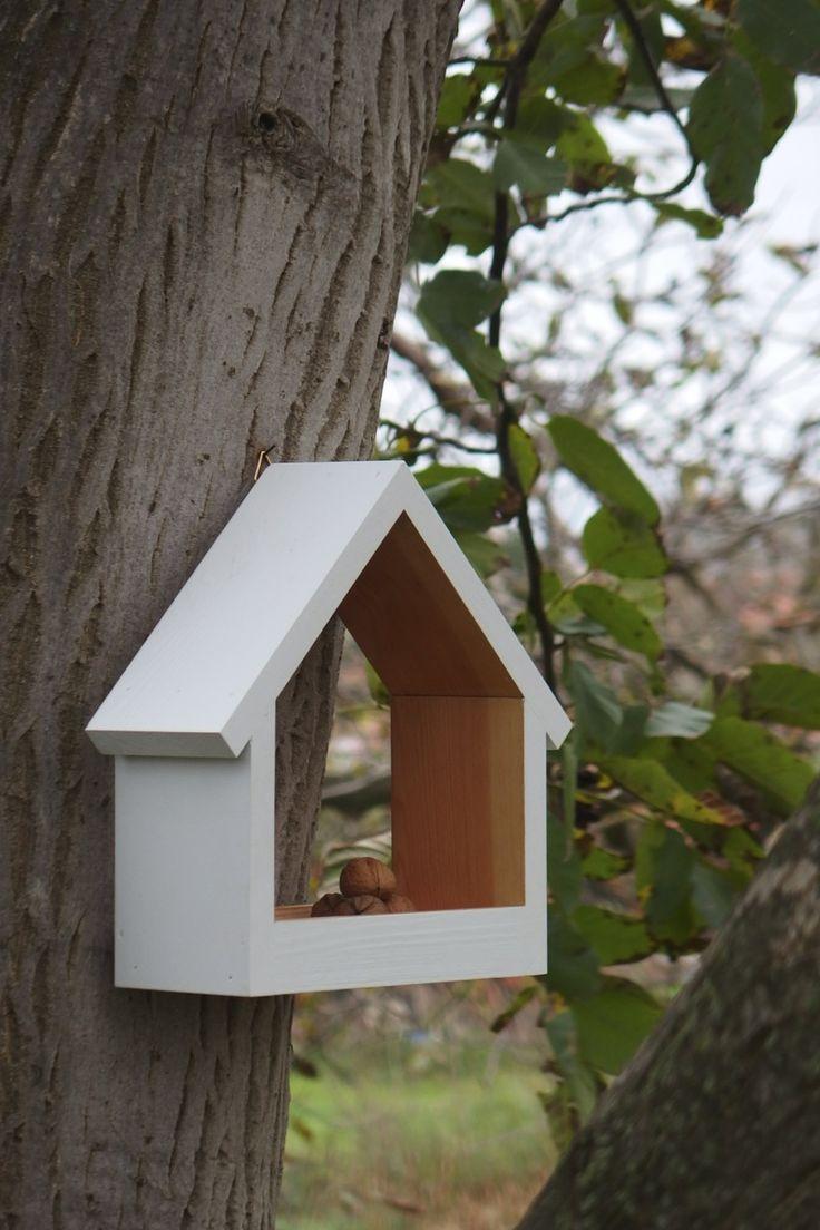 Nejen koukat, ale i číst!!!  Ptačí krmítko Stella Nechte odpočinout i naše nejmenší zahradní pomocníky... Ptáky nejnavštěvovanější místo během zimy je rozhodně plné krmítko. Odpočinou si v něm, nakrmí se a za dobrá zrníčka se vám poté odvděčí zpěvem i oživením vaší zahrady během chladného zimního období. Úspěšně testováno na mé vlastní zahradě v Lednici. Rozmanité tvary i barvy ...