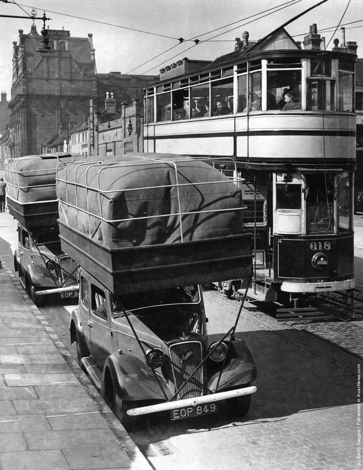 Le case automobilistiche sono sempre in cercadi innovazione, e basta vedere queste 50 auto d'epoca, per capire che già allora guardavano molto lontano Circa 1900. Due signore vittoriane fuor…