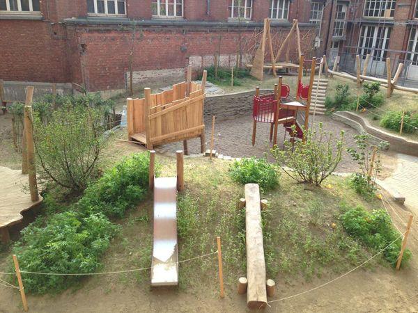"""De theorie over de voordelen van een groene, avontuurlijke speelplaats mag dan nog zo mooi zijn, het zijn de voorbeelden uit de praktijk die het meest enthousiast maken. Enkele citaten: """"Hier in de…"""