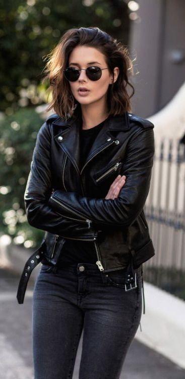 Mucho negro!!Campera corta de cuero negro + remera negra + pantalón ajustado negro.Bellísima!!