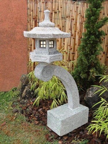 """O Modelo Rankei pode ser traduzido como """"Caminho da água"""", possui um pedestal que se projeto sobre o rio o lagoa para que a lanterna se reflita na água.        É entalhado em Rocha esteatita Dura, com receptáculo elétrico embutido."""