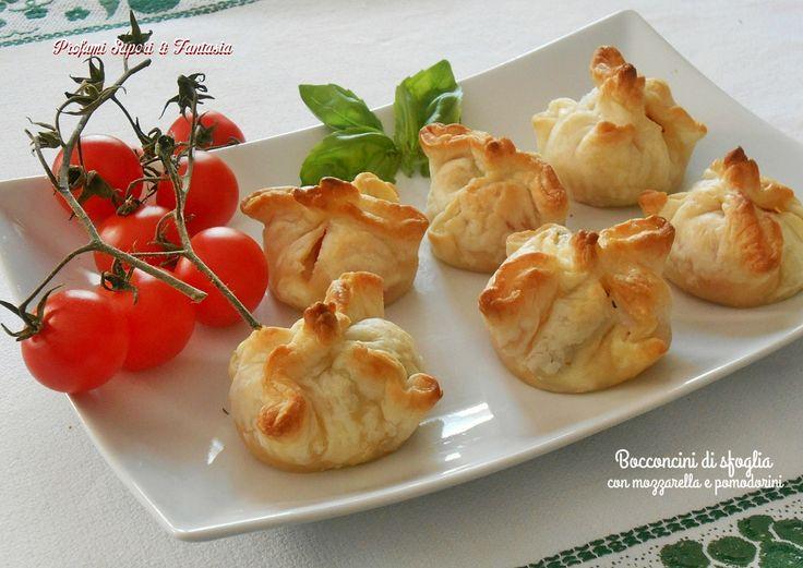 Bocconcini di sfoglia con mozzarella e pomodorini: un'antipasto delizioso, perfetti da servire in un buffet, facili e veloci da fare, deliziosi e saporiti.
