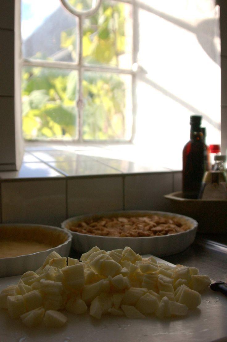 Endnu en kage med æbler – tænker du måske – hvordan kan noget så ordinært tiltuske sig så meget plads. Tja – ordinært er det nok – spektakulært er det også. Hver eneste æble…