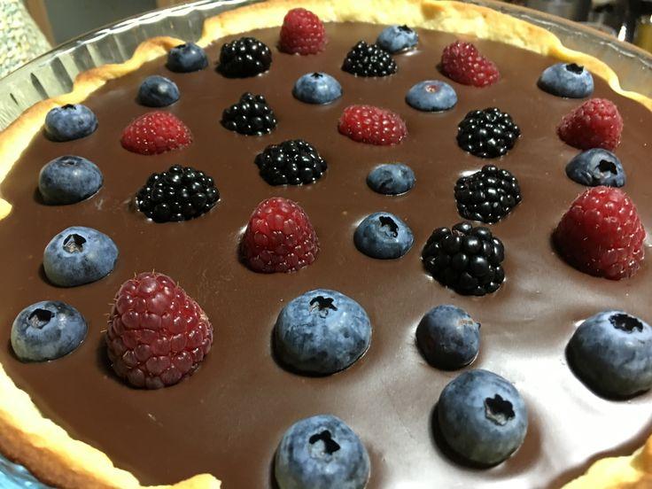 Τάρτα σοκολάτας με φρούτα του δάσους at cooklos.gr