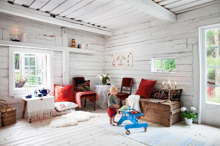 Ute i ladan finns ett gästrum, som också används som yogarum. Nya fönster, liksom ljusinsläppande plast i en del av taket, släpper in ljus i ladan. Väggarna är tätade med Johans egen papier machéteknik. Kuddar och bonader är broderade av Johans mamma. Golvet är vattenblästrat och vitlaserat, och ser därför äldre ut än det är.