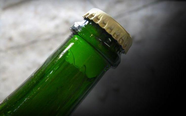 DégorgementCette délicate opération consiste à plonger le goulot de la bouteille dans un bain froid (-24°C) afin d'emprisonner le sédiment dans un glaçon. La bouteille est alors décapsulée et sous l'effet de la pression interne, le glaçon est expulsé.