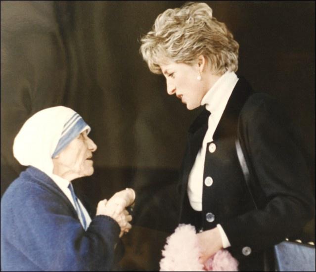 La princesa Diana de Gales saluda a Teresa de Calcula.